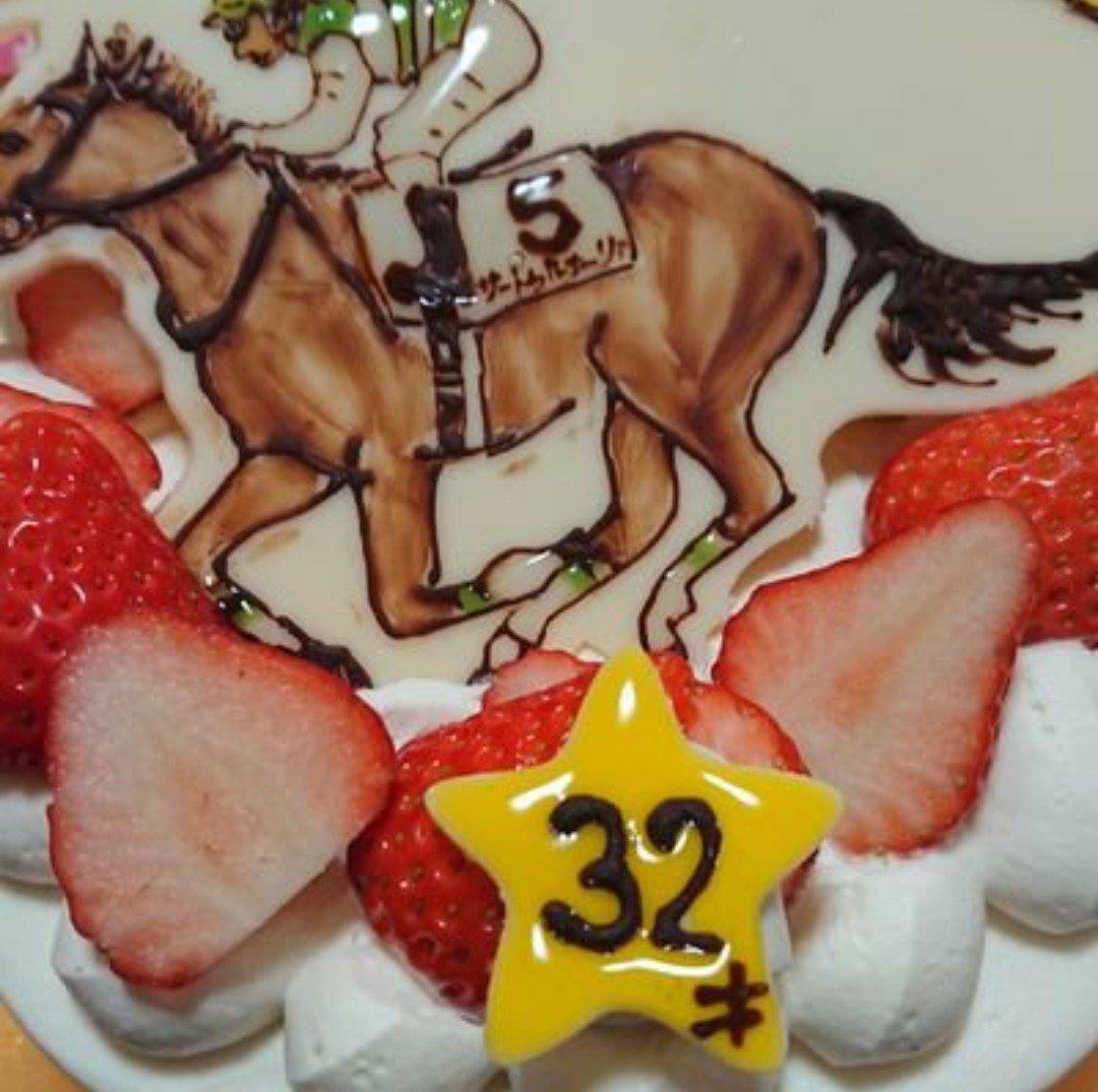 トップ画にしてるケーキ…  嫁にふと「今年1番注目してる馬は?」って聞かれてサートゥルナーリアって答えたら誕生日にケーキにわざわざ書いてもらった、そんなサートゥルナーリアがダービーに出るから嬉しい✨  勝つ可能性高いだろうな…
