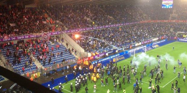 Insultes et jets de fumigènes en direction des supporters du Standard: le titre mal fêté par certains fans de Genk (VIDEO) dlvr.it/R52pKk