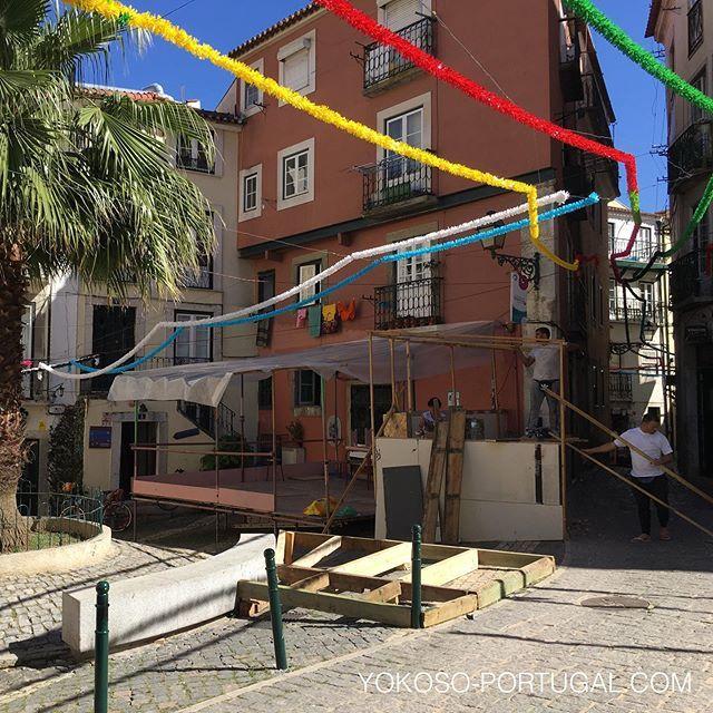 test ツイッターメディア - リスボンのアルファマ地区ではすでにイワシ祭りの準備中です。本番は12日ですが、6月いっぱい開催されます。細い路地出されたテーブルで食べるイワシはの炭火焼きは最高です。 #リスボン #ポルトガル #いわし https://t.co/KnZaOqSLHJ