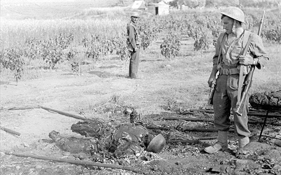 A British soldier looks at the burned body of an fallen German Fallschirmjäger. Crete, May 1941. #WW2pic.twitter.com/qpSkjQuPki