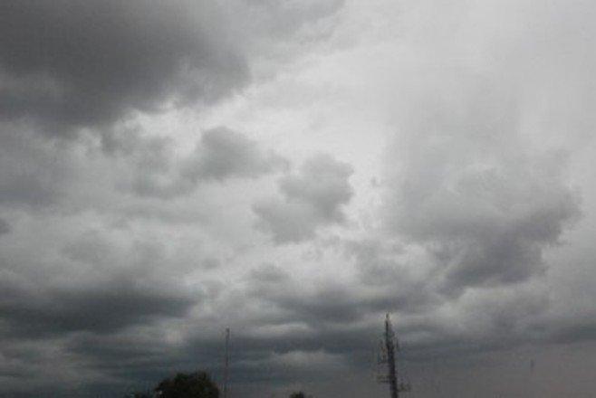 #SíguemeRD ONAMET: Permanece la humedad e inestabilidad aportada por la #vaguada que incide sobre el país, además del viento del sureste, por consiguiente, se estará presentando #chubascos débiles y aislados siendo más significativos después del mediodía http://ow.ly/Lk3750uji15