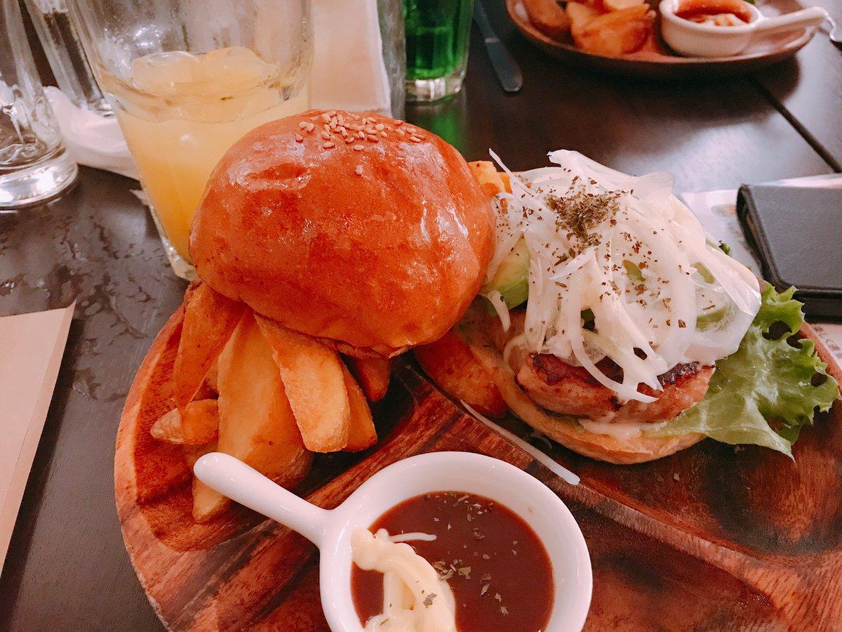 英会話サークルの食事会楽しかった☺️あと、武蔵境にこんなおしゃれで美味しいハンバーガー屋があるの知らなかった!また行きたいなぁ#コックテイルハンバーガー