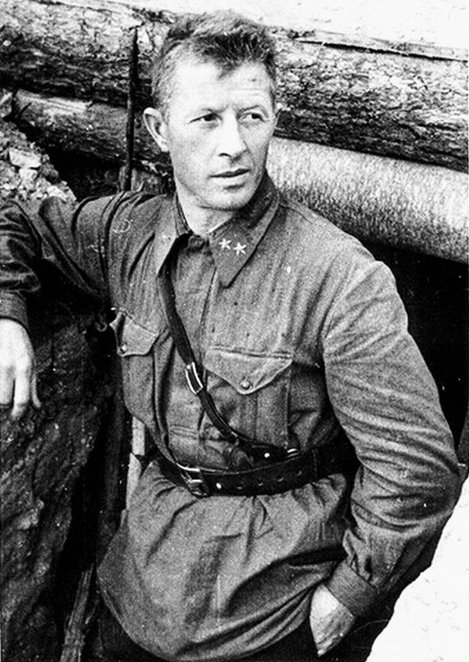 Aleksandr Rodimtsev, 'Pablito' en la guerra de España, se reía de la muerte. Estuvo al mando de 13ª División de Guardias fusileros en Stalingrado: «Soy comunista, no tengo intenciones de abandonar la ciudad», le dijo a Chuikov. Sólo sobrevivieron 320 de sus 10.000 hombres.