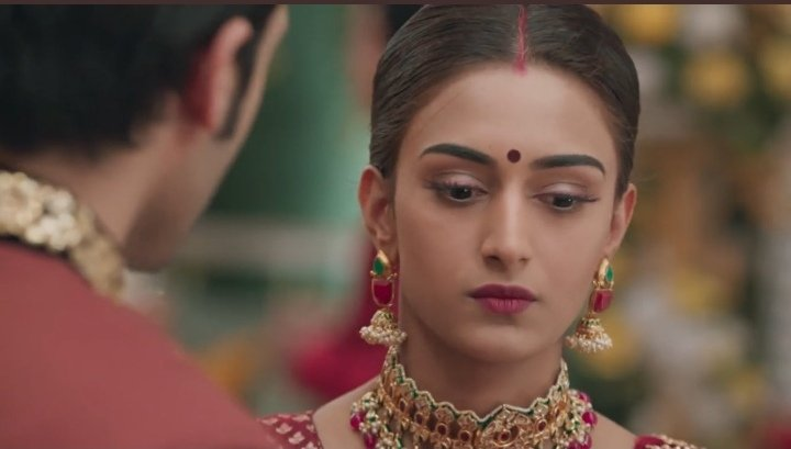 &quot;Haan woh tumse baat karna chahti thi par tumhe aur Komolika ko sath me dekha toh....&quot;  aww #Prerna was jealous  she was trying to hide her jealousy. She can&#39;t see him with anyone else, it hurts her @IamEJF your expressions were on point #EricaFernandes<br>http://pic.twitter.com/6tVF2a0mEe