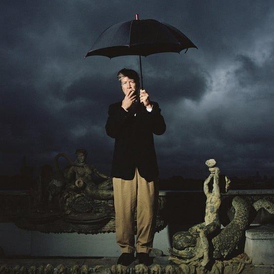 David Lynch, Dorchester Hotel, London' by Richard Ansett (1999).@richardansett #davidlynch #twinpeaks #art #photography #picoftheday #photooftheday #amazing #pretty #love #cine #cinema #film #films #serie #tvserie #tvseries #richardansett #portrait #retrato #paraguas #umbrella