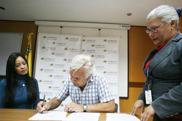 #Conatel entregó este lunes la renovación de la habilitación por un período de dos años a la emisora 100.5 FM en Margarita, propiedad del locutor Gustavo Pierral. 📻 👉bit.ly/2vUNEQb