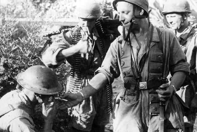 A German Fallschirmjäger lights the cigarette of a captured British soldier on Crete, 1941. #WW2pic.twitter.com/gmfvmcrWhV