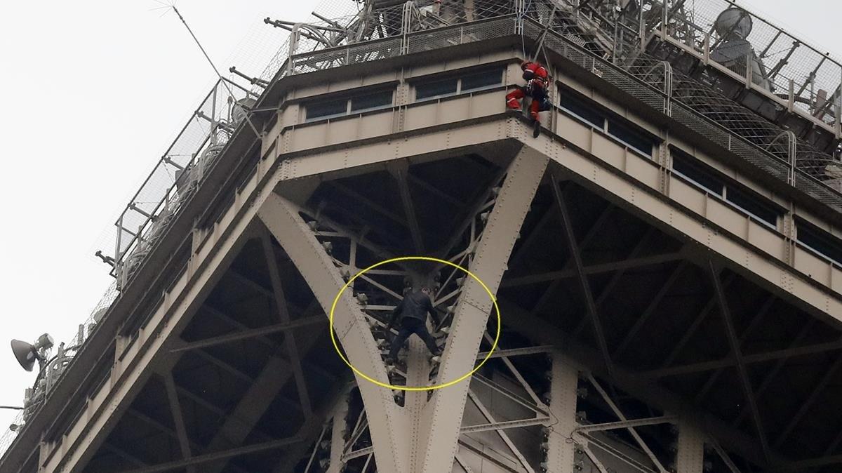 Sujeto intenta escalar torre Eiffel