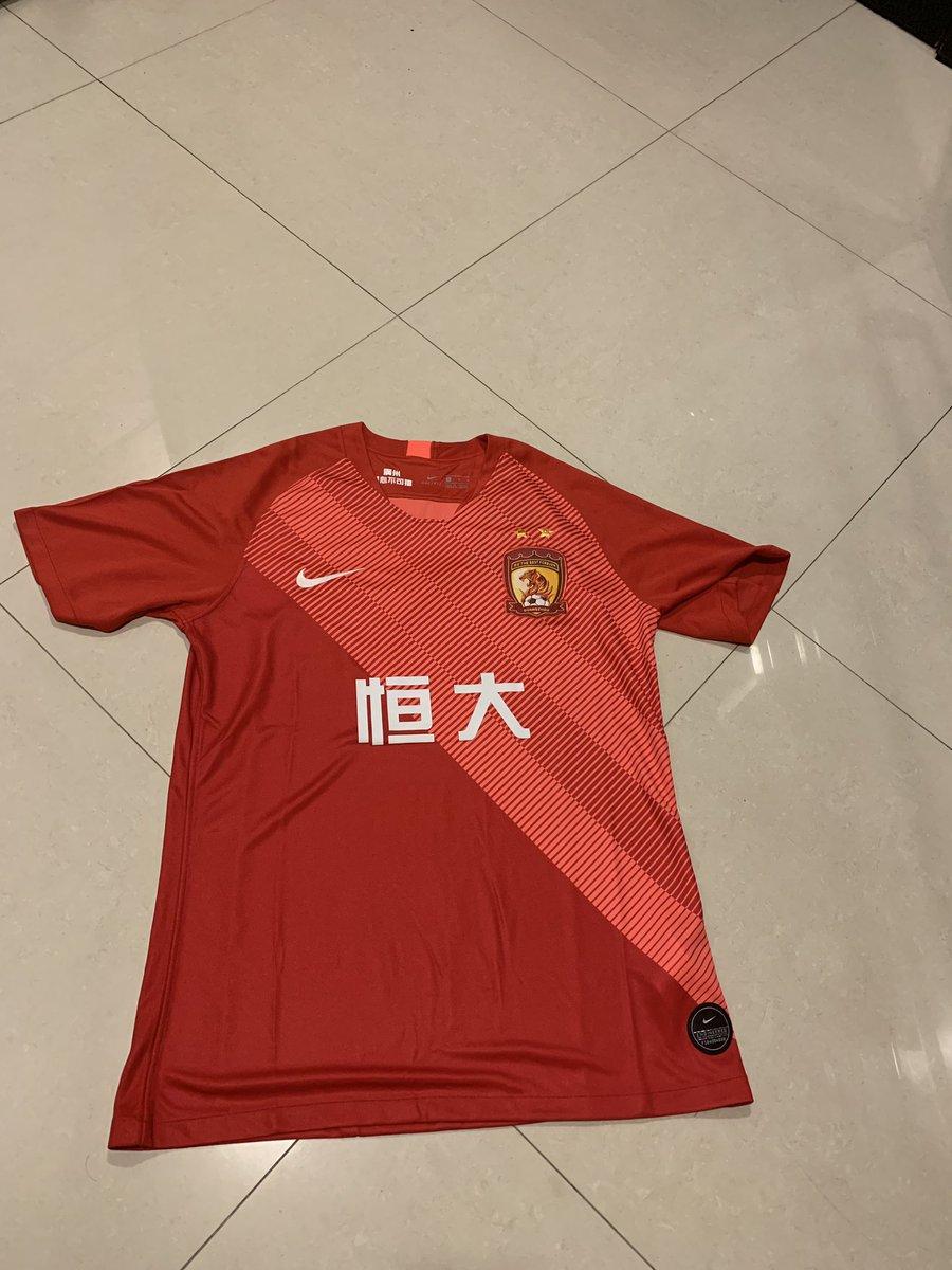 Je fais gagner ce maillot du Guangzhou Evergrande 🇨🇳⚽️  Il suffit juste de #RT et me suivre.  Tirage le 31 quand je suis rentré de Chine.  Bonne chance a vous j'essaierai de faire gagner un maillot assez régulièrement d'équipe asiatique. 🙌