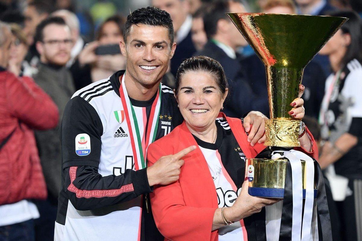 Cristiano Ronaldo : «Ma mère ma élevé en sacrifiant sa vie pour moi. Elle dormait sans manger la nuit mais veillait à ce que je mange. Nous navions pas dargent et elle travaillait 7j/7. Je lui dédie naturellement tout mon succès.»