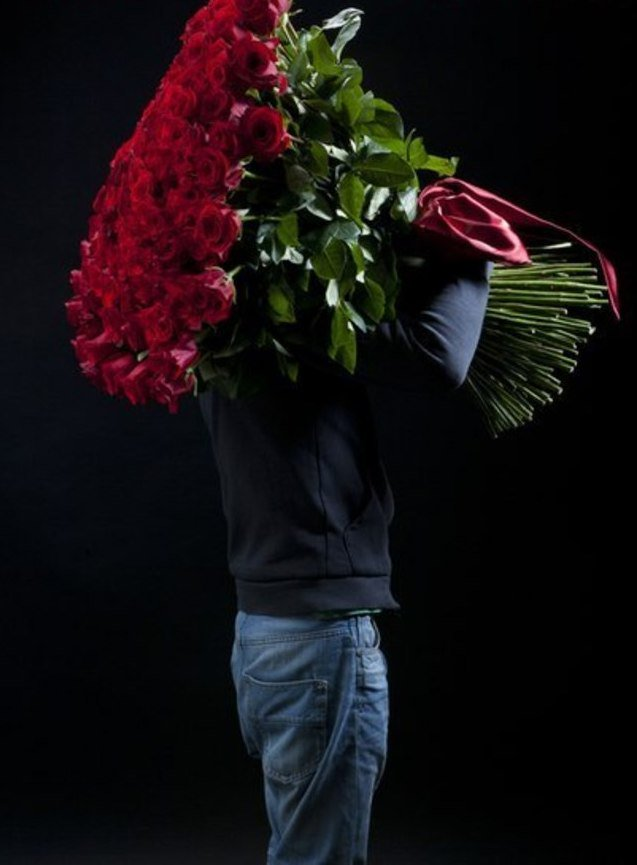 расскажите, что фото парень с цветами сзади если