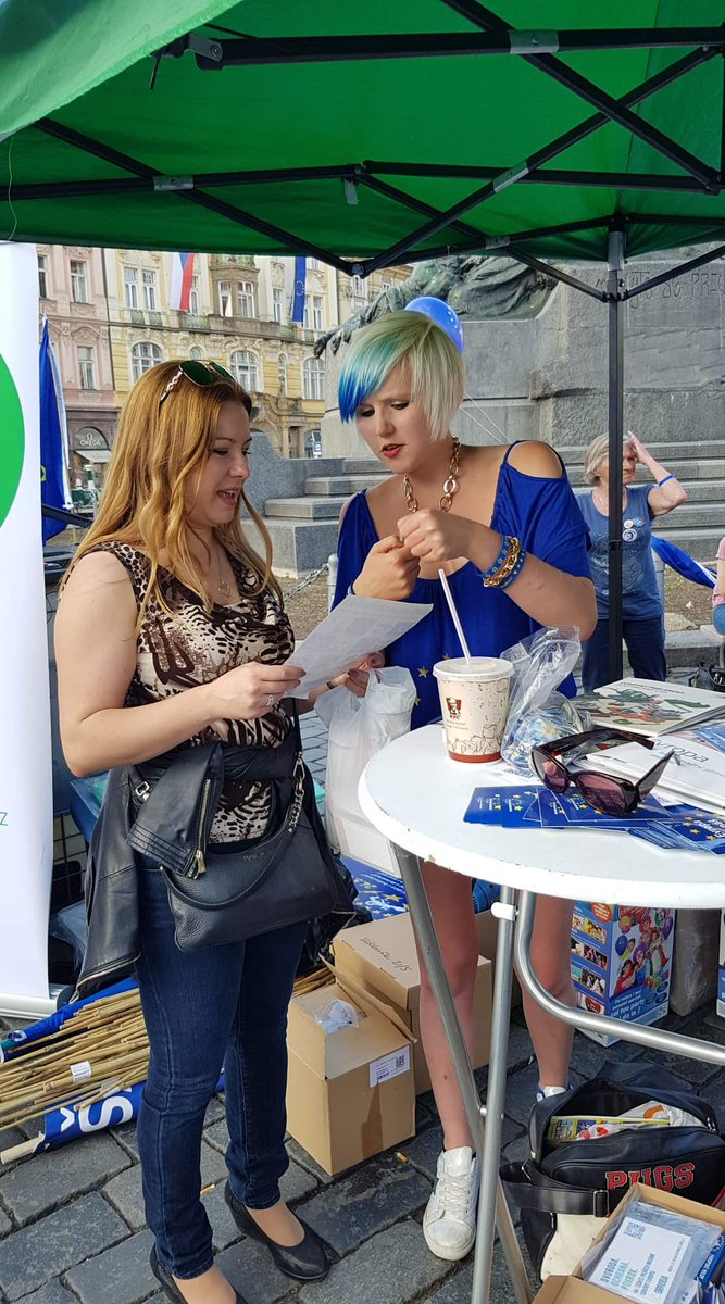 9/ This lady heard me performing at the @PulseofEuropeCZ event and came over to say Thank you for your #StopBrexit message and your strong power 😁🇬🇧❤🇪🇺💪 ...And this is literally why I am #EUsupergirl 😎 #EUsupergirlTour
