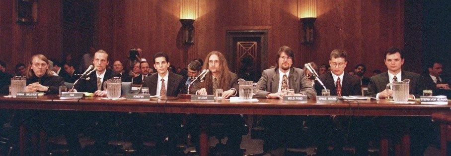 札克曾是風靡網絡的頂級老牌黑客組織L0pht和「死牛崇拜」(Cult of the Dead Cow)的成員之一。