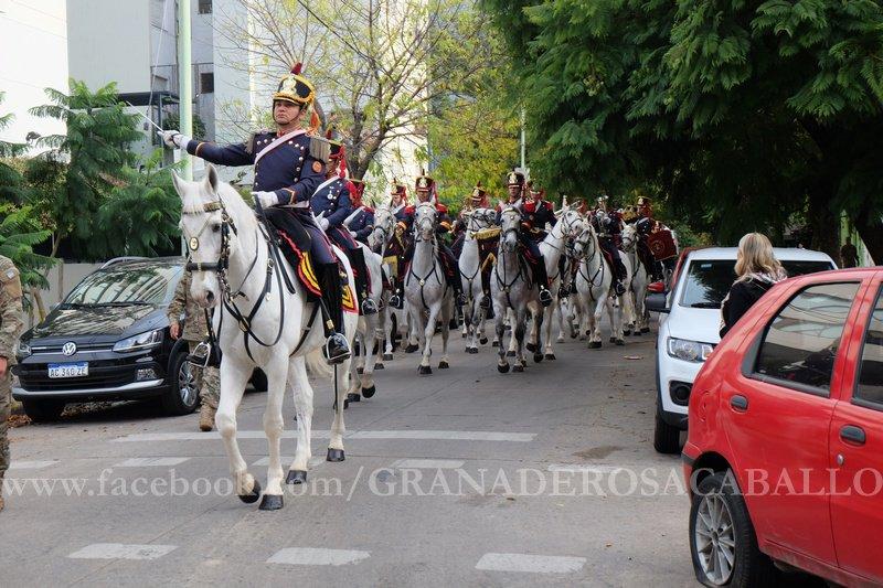 Compartimos el album con las fotos de la presentación de nuestra Fanfarria en el Gran Premio Republica del @HipodromoArgPal 🐴🇦🇷 #EsteEsTuEjercito facebook.com/pg/GRANADEROSA…