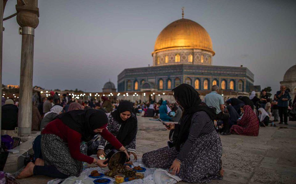 Ramadan at Al-Aqsa Mosque this evening - Breakfast time<br>http://pic.twitter.com/5cMIAsHcDH