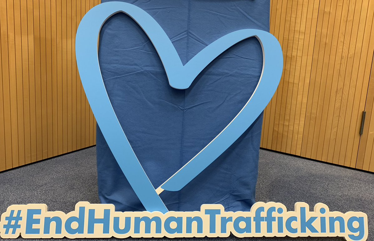 #EndHumanTrafficking: The 💙 represents the sadness of those who are trafficked while reminding us of the cold-heartedness of those who buy & sell human beings. @UNODC info: unodc.org/blueheart/