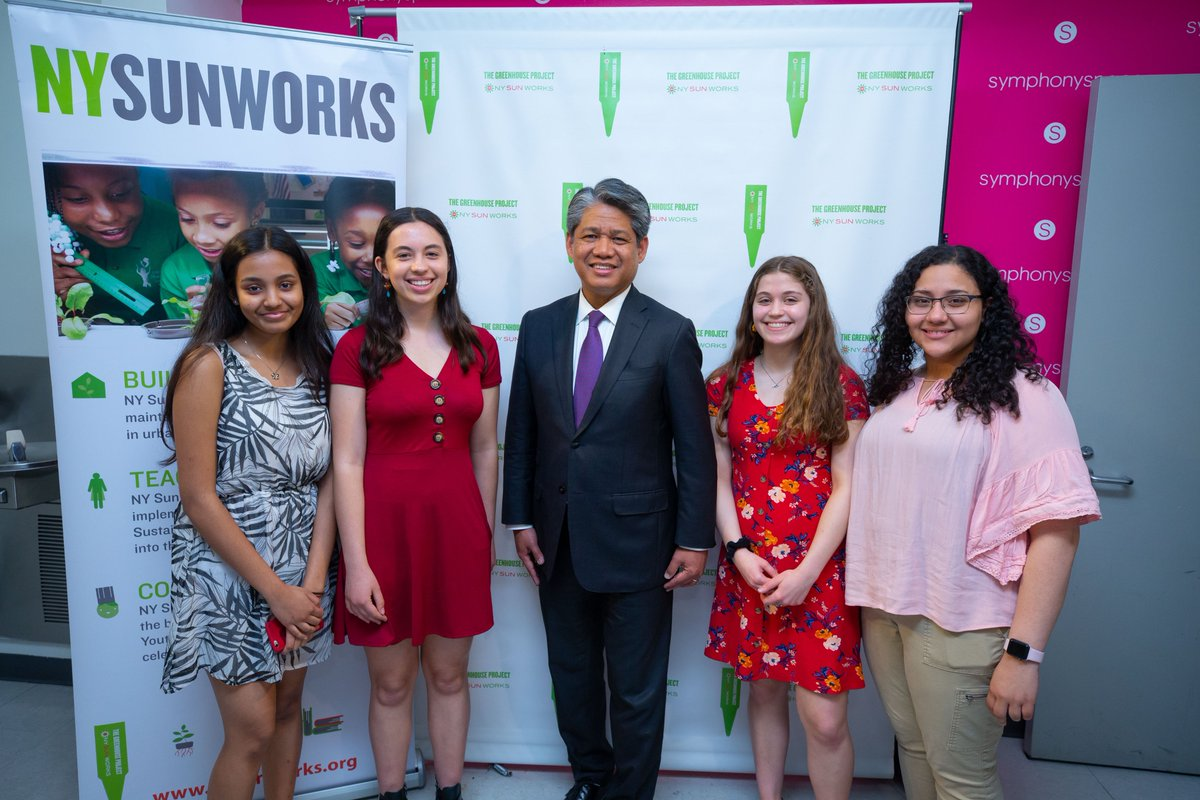 More than 50 NYC public school students presented research on #sustainability science to 750 of their peers during @NYSunWorks Youth Conference today, where @LtGovHochulNY and @GQenergy commended the students for their innovative environmental projects: https://www.nypa.gov/news/press-releases/2019/20190520-student-innovation-green-classrooms…