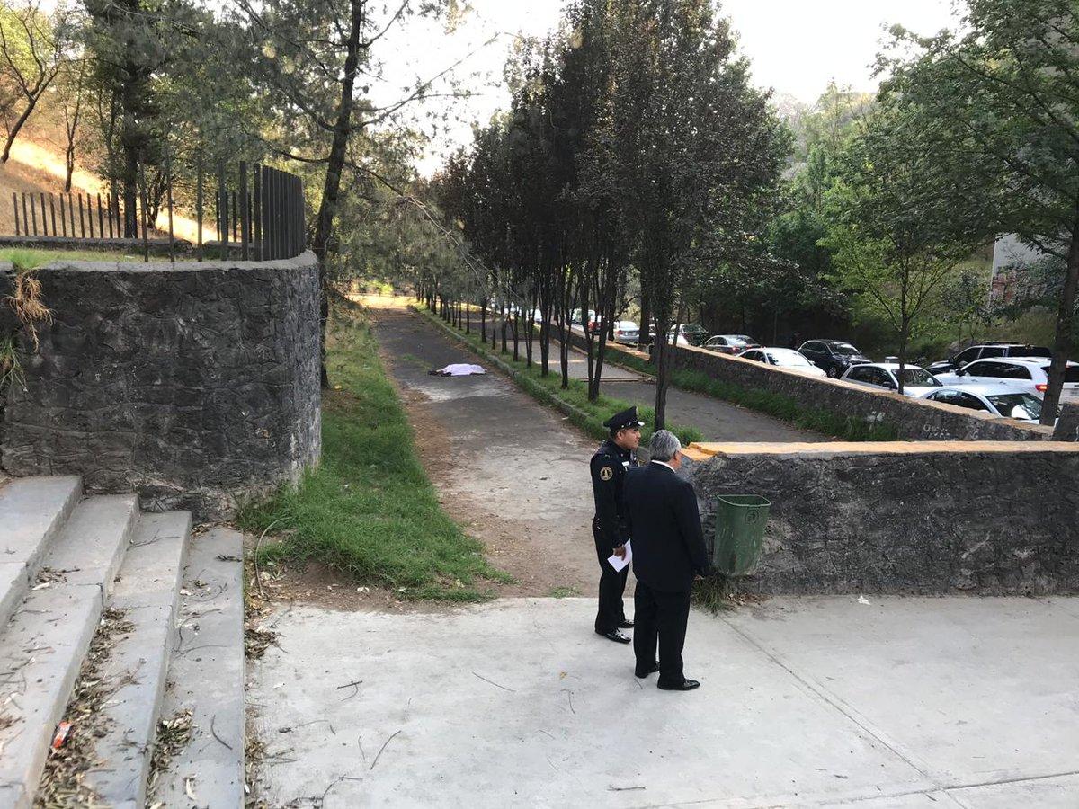 Esta mañana un hombre de aproximadamente 50 años de edad perdió la vida al arrojarse de un puente vehicular de más de 80 metros de altura en la colonia Bosques de las Lomasvía @israellorenzana en #AsíElWeso con @EnriqueEnVivo por @WRADIOMexico