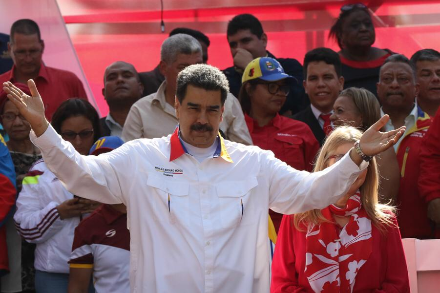 Invito a las oposiciones de Venezuela a legitimar el Poder Legislativo. Aceptemos el reto de ir a unas elecciones adelantadas de la Asamblea Nacional para que, con votos, demostremos quien cuenta con el respaldo del pueblo. Ese es el camino; la paz y la democracia.