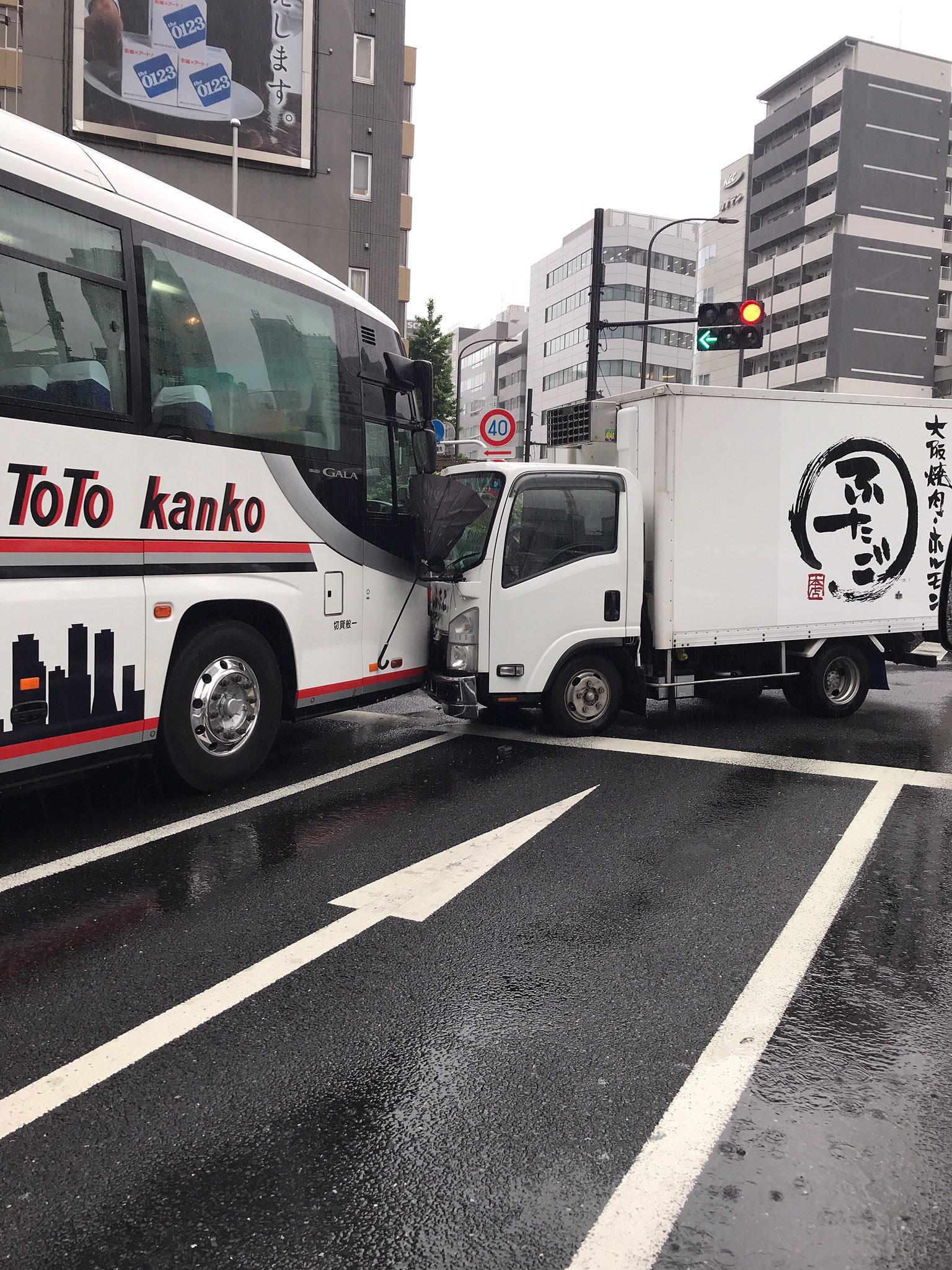新橋でトラックと観光バスの衝突事故現場の画像