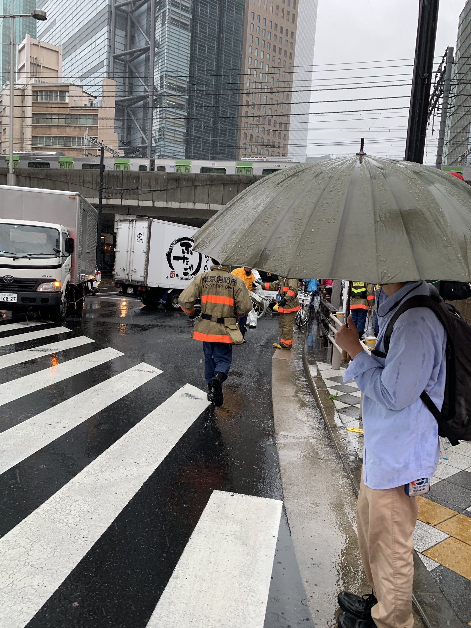 JR新橋駅付近の衝突事故で救出活動している現場画像