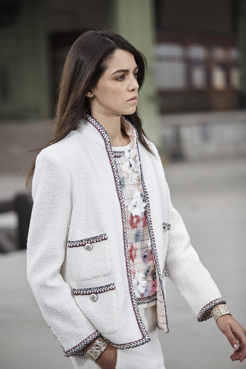For #CHANELCruise 2019/20, #CHANEL explores new possibilities for the #CHANEL tweed suit #VirginieViard #DestinationCHANEL | Visit http://espritdegabrielle.com L'héritage de Coco Chanel #espritdegabrielle © #CHANEL