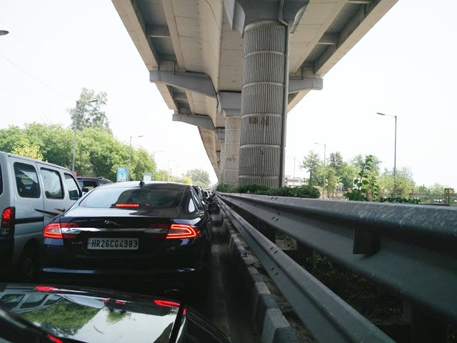 Thousands affected after Delhi Metro snag on Gurgaon route, jams reported https://www.ndtv.com/delhi-news/thousands-affected-after-delhi-metro-snag-on-gurgaon-route-jams-reported-2040544…