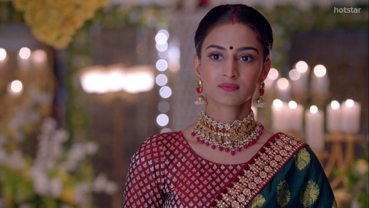 #KasautiiZindagiiKay Her satisfied victorious smile after exposing Komo, Her Love n Concern for her husband refraining him from moving forward towards a psychotic Komo, Her content smile looking @ the happy faces of her inlaws n her husband #EricaFernandes is Wonderful as Prerna <br>http://pic.twitter.com/jEAzBMEvrR