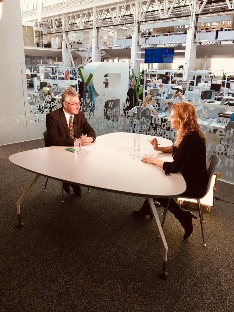 Jeden z posledních rozhovorů před #EP2019 volbami s @DanielaDrtinova na @DVTVcz. Témata: Babiš, Orbán, budoucí složení EP, vývoj v #EU po volbách. Pustí to zítra odpoledne.