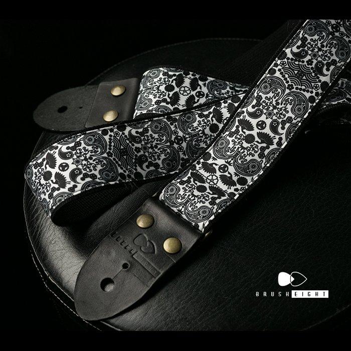 お陰様で、即完売、 入荷待ちとなっております。 次回入荷分より、Brush eightロゴ部分がシルク印刷になります。 完全な手縫いで、手間がかかっているわりには、かなり安いです いつの日か、価格は上がります、  Brush eight × Halnohana Guitar Strap 手縫い 和柄ペイズリー  https://t.co/6D1X20e34r