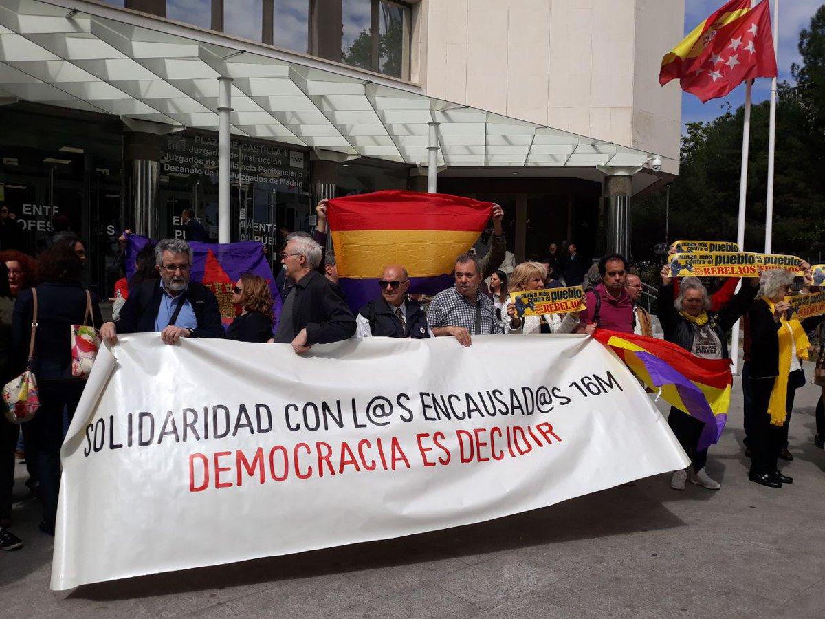 Hem acompanyat els 7 activistes madrilenys que van participar el #16M a la manifestació 'L'autodeterminació no és delicte' que avui han començat a declarar per un delicte d'odi. Tota la solidaritat i força de la família d'@omnium davant la repressió de l'Estat!