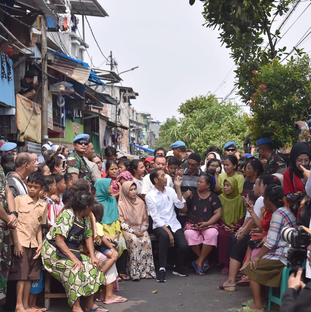 Di antara warga penghuni Kampung Deret di Jakarta, siang ini. Saya telah mendengar pengumuman rekapitulasi suara nasional Pemilu 2019 oleh KPU. Kini saatnya melangkah ke depan. Kita bersatu padu membangun bangsa dan Tanah Air demi kedamaian dan kesejahteraan generasi mendatang.