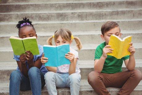 Barn med #Autism kan vara bra på att läsa ord för ord, men ändå ha problem med att förstå vad de läser o återberätta. #forskning visar nu på vikten av utförlig språklig bedömning och uppföljning över tid för dessa barn. @goteborgsuni @SahlgrenskaAcad https://sahlgrenska.gu.se/forskning/aktuellt/nyhet//svart-med-lasning-och-berattande-hos-barn-med-autism.cid1630009…