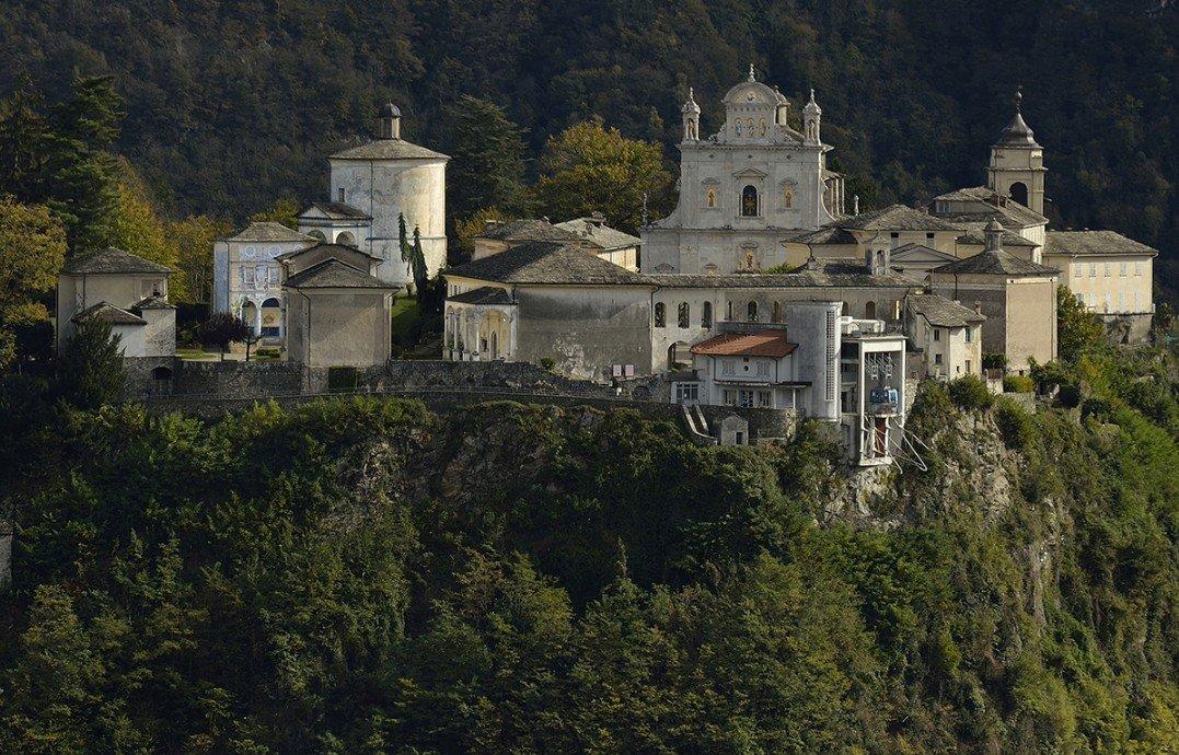 El Sacro Monte de Varallo, en el Piamonte, es un escenario fundado en 1491, formado por una basílica y cuarenta y cuatro capillas, todas con escenas de la vida de Cristo; con frescos del S.XVI, sus estatuas de madera y terracota conforman una locura barroca sin parangón