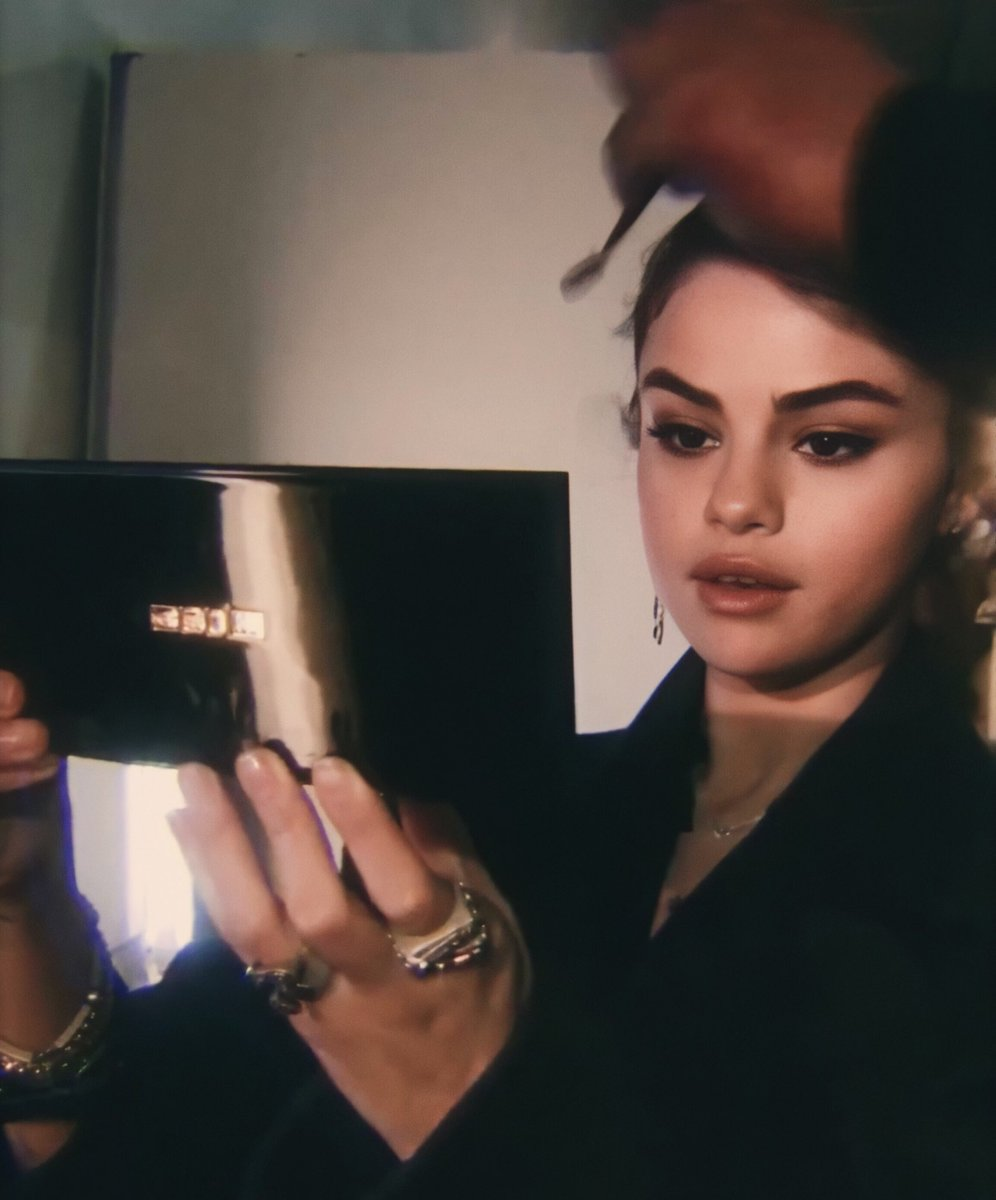 """Selena Gomez didn't lie when she said """"When I look in the mirror baby I see it clearer why you wanna be nearer"""" <br>http://pic.twitter.com/n93IR9Enia"""