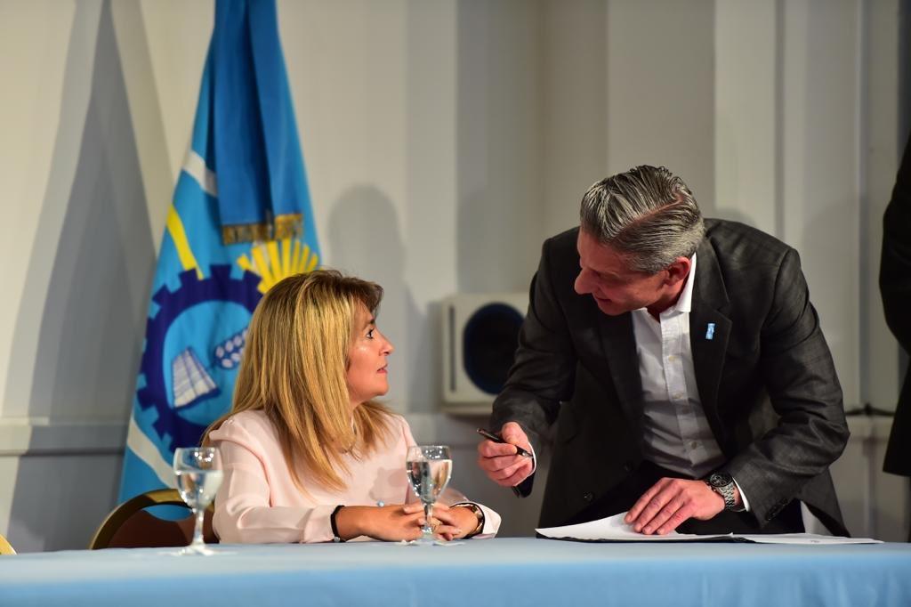 Es un orgullo presentar en #Rawson el prototipo de lo que serán las 16 viviendas sociales, con eficiencia #energética. Impulsamos el crecimiento económico de las comunidades de #Chubut con #Desarrollo #Sustentable.  #ChubutGanaSiEstamosTodos