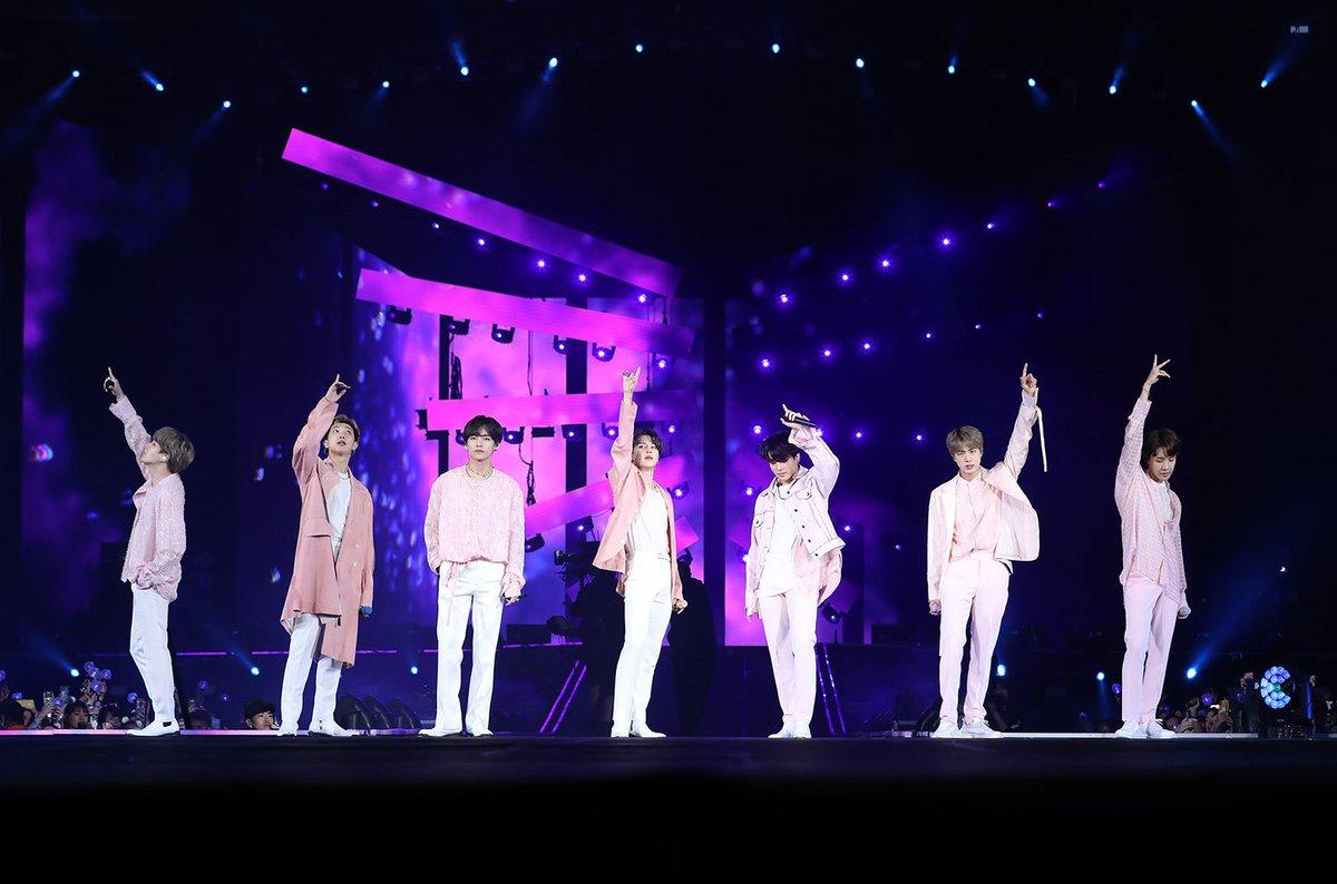 BTS saat konser di Metlfe Stadium, New Jersey.