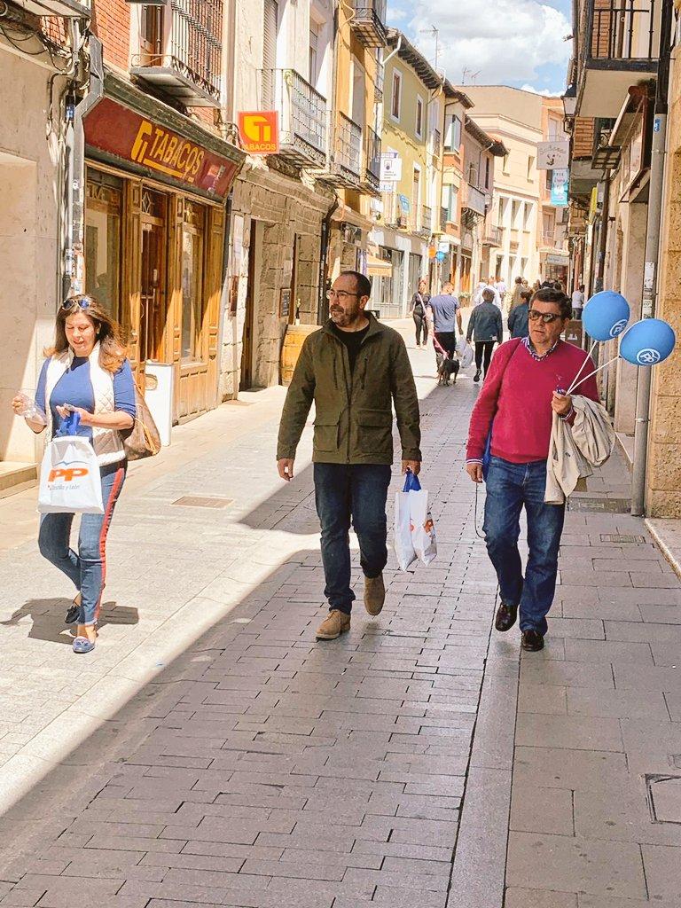 """Visitamos el """"Mercado tradicional"""" que se organiza en Tordesillas todos los martes, nos acompaña la lista a las Cortes de Castilla y León del @PPValladolid con @raulhoz, @SerranoArenales @JesusCarro84 @MiguelPosadaP @PPTordesillas .  #SomosTordesillas #26M #Futuro"""
