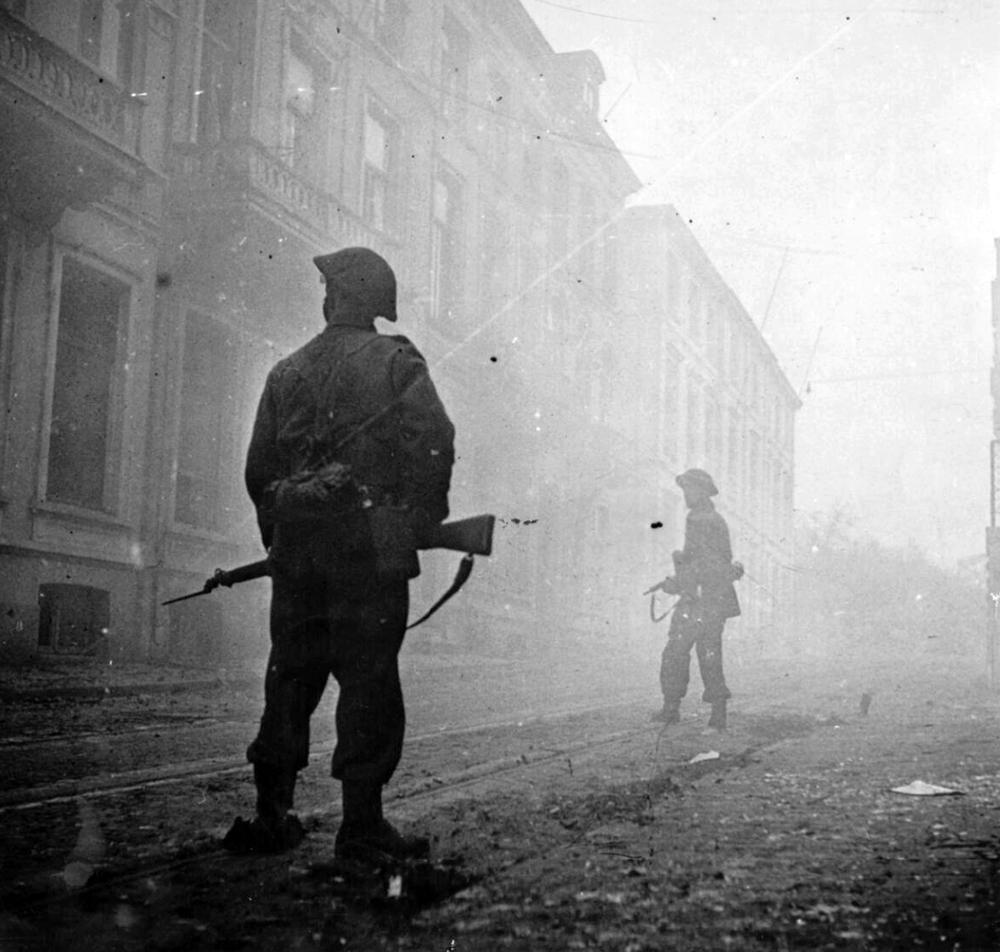 British infantry in the streets of Arnhem, April 1945, where months earlier heavy fighting took place during Operation Market Garden in September 1944. #WW2pic.twitter.com/wqNubBY1VT