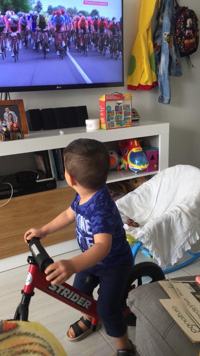 #vamosescarabajos mi hijo Juanjo a la rueda del pelotón @giroditalia @CaracolTV