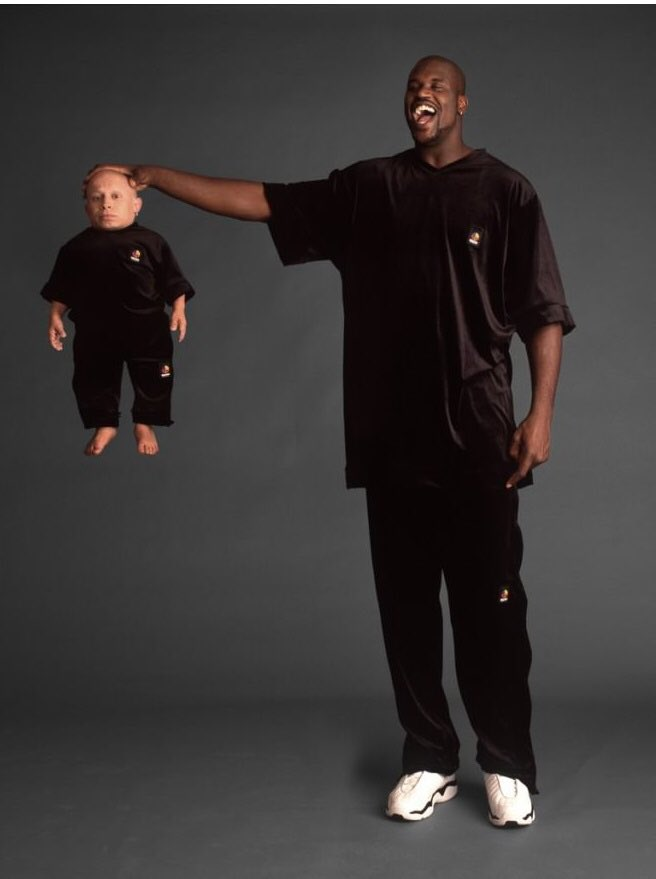 I love how happy Shaquille O' Neal is gripping Verne Troyer's corpse in preparation for consumption <br>http://pic.twitter.com/hwOzcrG8QO
