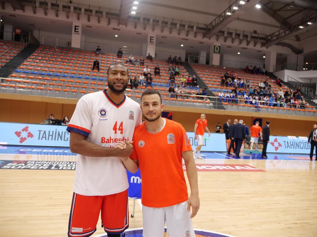 Basketbol kariyerlerine 2006-07 sezonunda @KSKBasket formasıyla başlayan @Slaughter44 ve @mehmetyagmur9'u, 12 yıl sonra buluşturduk. @basketsuperligi'nin iki deneyimli yıldızının birbirlerine anlatacakları vardı! @BKBasketbol @istanbulBBSK https://win.gs/2JUtKNp