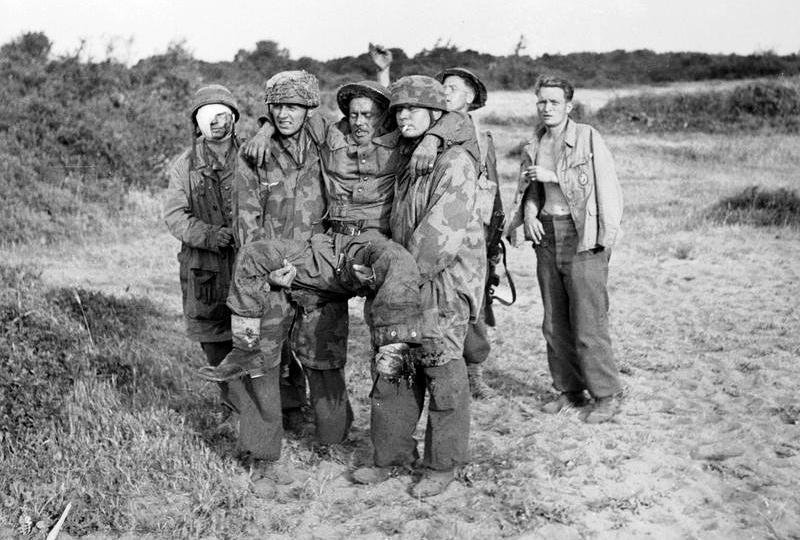 Two German Fallschirmjägers carrying a wounded British soldier who had lost a foot on a mine. Italy, 1944. #WW2pic.twitter.com/gWPB0W6Ulq