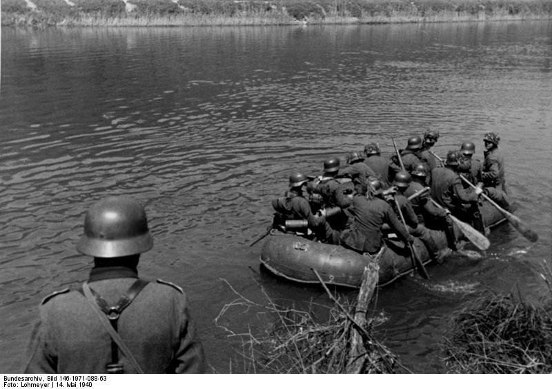 #German troops crossing the Meuse River in a rubber raft near Aiglemont, #France, on May 14, 1940. #History #WWIIpic.twitter.com/yz4jiO57I3