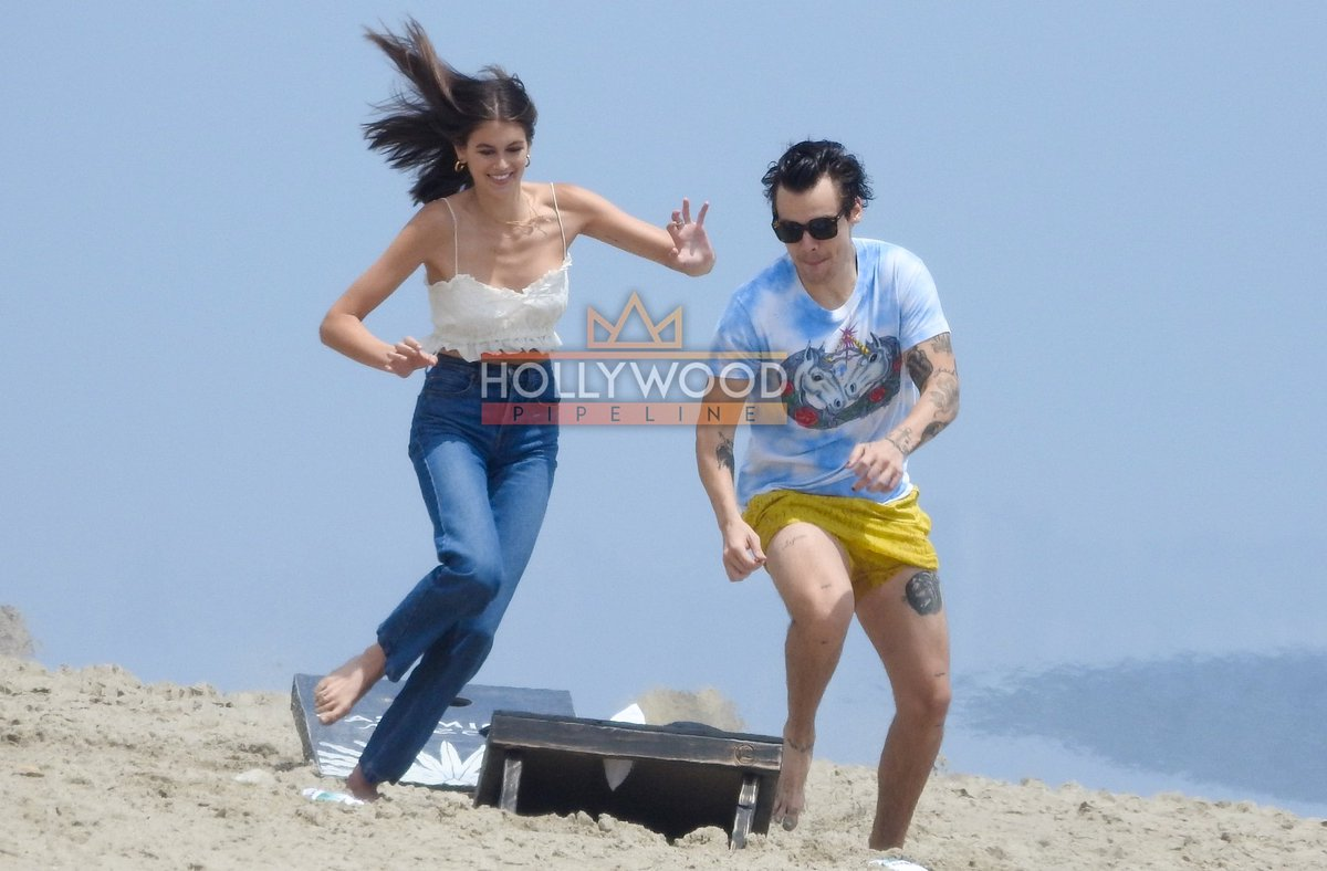 #HarryStylesand#KaiaGerberare becoming great friends as the twosome are spotted having a fun day on the beach in#Malibu @Harry_Styles @KaiaGerber  MORE DEETS AND PIX + VIDEO - (HIT LINK)  https://www.hollywoodpipeline.com/2019/05/21/harry-styles-and-kaia-gerber-play-on-the-beach-in-malibu/…