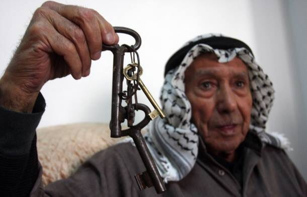 Palestinians showing the keys of the homes from which they were expelled by the Zionist gangs in 1948.  Israel is a settler-colonial state based in ethnic-cleansing, genocides and oppression! <br>http://pic.twitter.com/9Ep3HZDMIB
