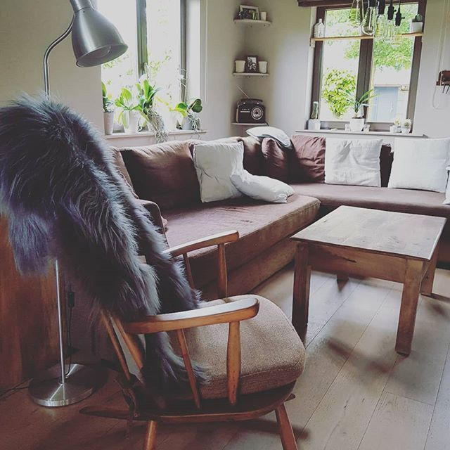 Just Pinned to  tijd om ons te nestelen tegen ons nieuw vel.  #icelandic #sheepskin #ijslandse #schapenvacht #laine de #mouton de #islande #knittingspace #interieur #interiordecor #decoration #luxury #living & #lifestyle #mars & #…