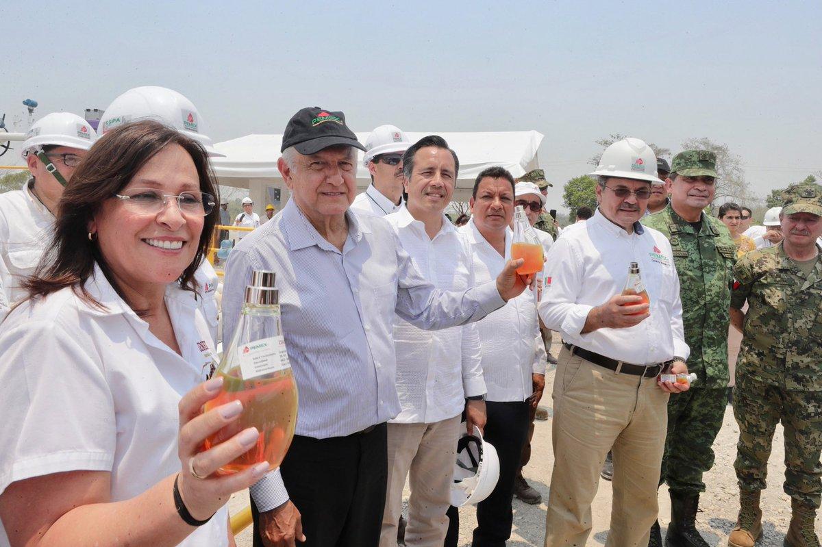 Dos noticias:Una buena: creció la inversión extranjera 23 por ciento en la Bolsa Mexicana de Valores en los últimos 4 meses. Otra muy buena: en el Campo Ixachi se producirán hasta 80 mil barriles diarios de petróleo; así estamos explorando y perforando en 21 campos más.