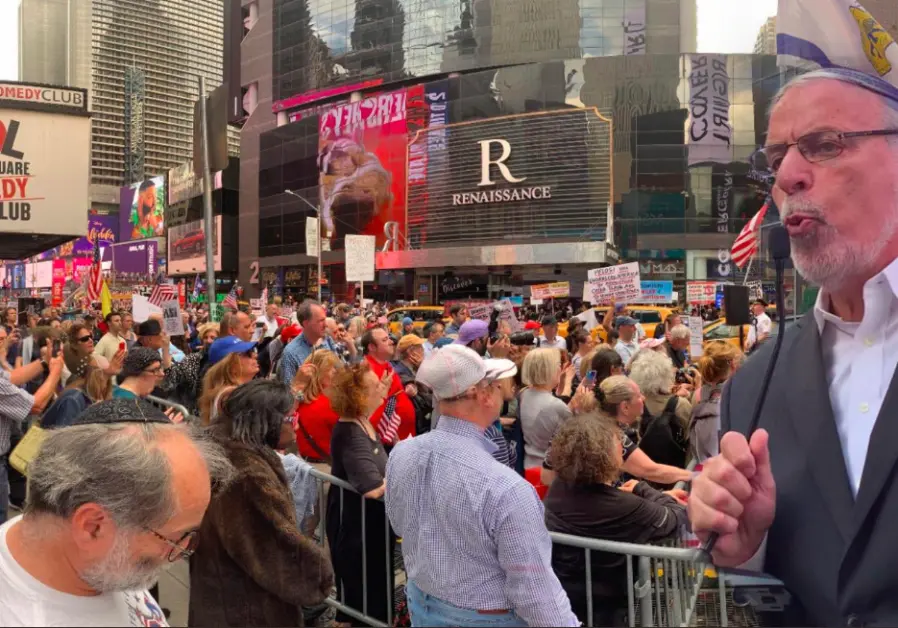 Hundreds of protestors gathered on New York City's Times Square last night to call for the removal of antisemitic Congresswoman @IlhanMN from the US House Foreign Affairs Committee. jpost.com/American-Polit…