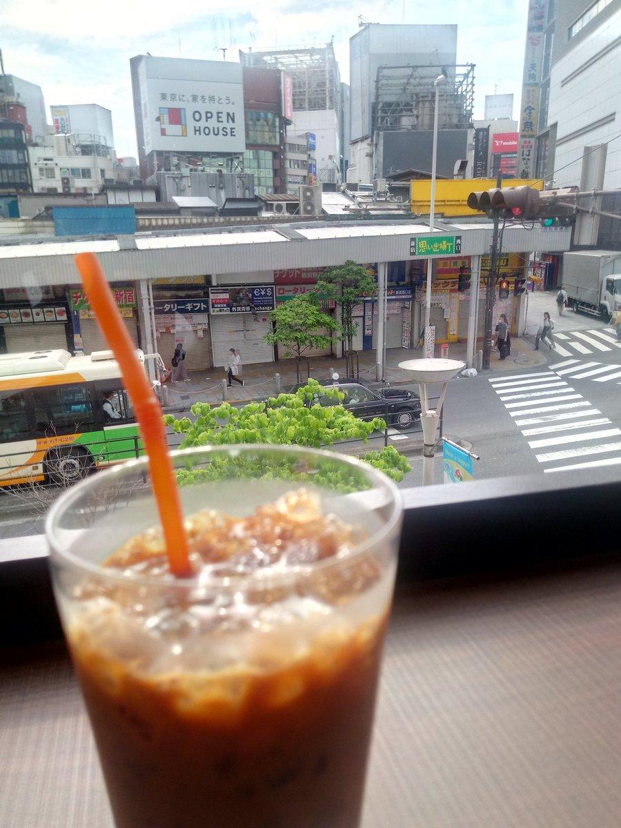 朝活(英会話スクール)前にアイスコーヒー飲んでます。店内はジャズピアノが流れてて落ち着く?